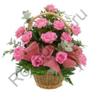 Корзина с 15 розами с зеленью