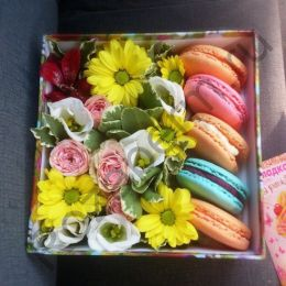 Коробочка с цветами и макарунами №1