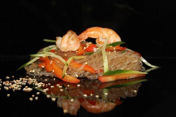 Теплый салат фунчеза с креветками