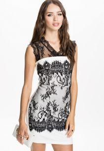 Винтажное платье, украшенное кружевами