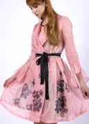 Подол платья украшен изящным рисунком цветы.