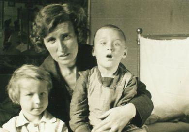 Е. Б. Кабалевская с детьми Мариной и Сашей (1937 г.)