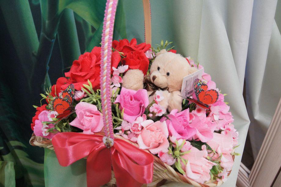 Корзина цветов с мишкой