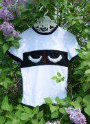 Летняя футболка с ресницами на груди.