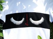 Летняя футболка  украшена рисунком пушистых ресничек с надписью «Summer»