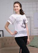 Сетчатая ткань по низу изделия и на рукавах придаёт образу легкости и женственности.