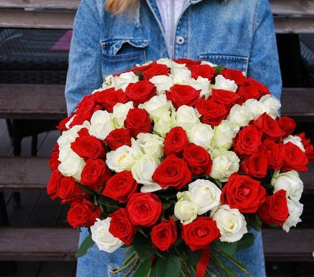 49 красно-белых роз