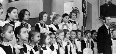 Хор учащихся младших классов исполняет песни Д. Б. Кабалевского