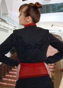 Авторский бархатный рисунок на спине и на груди в виде крыльев.