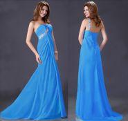 Голубое вечернее платье со шлейфом