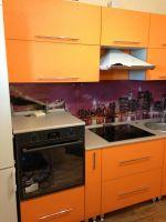 Оранжевая кухня с серой столешницей-2