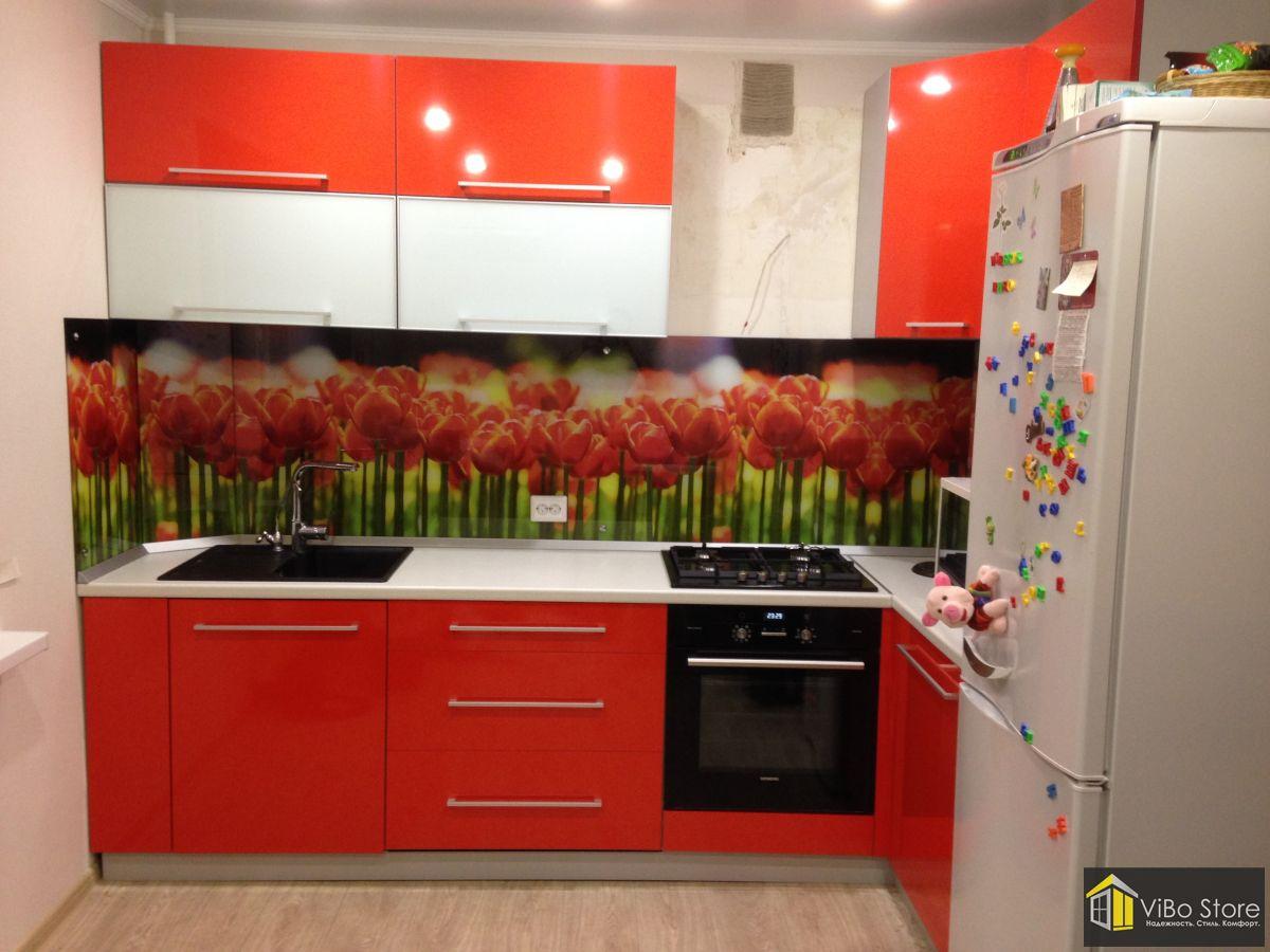 Красная кухня с белой столешницей