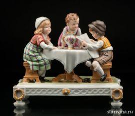 Дети за столом читающие газету, E & A Muller, Германия, 1920 гг., артикул 00813
