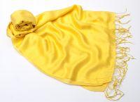 Жёлтый шарф из шелка лимонного оттенка, 1450 руб.
