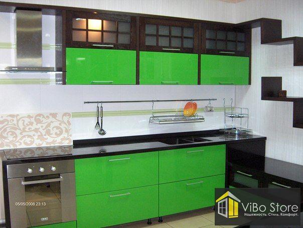 Черно-бело-зеленая кухня