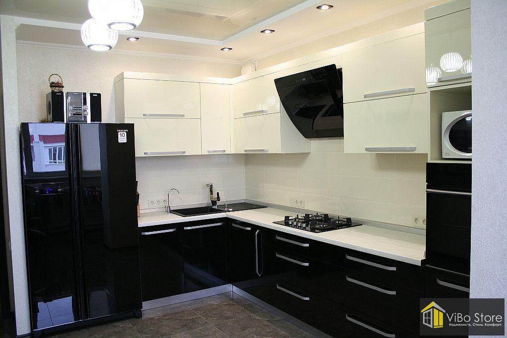 Угловая кухня черно-белого цвета