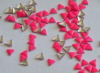 Украшение для ногтей - треугольник (50 штук в пакетике) Цвет: ярко-розовый