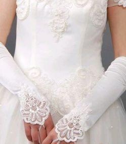 Белые перчатки на один палец с вышивкой на кисти