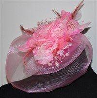 Розовая вуалетка с плотной вуалью с цветочками и бусинками