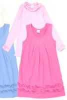 комплект для девочки состоит из светло-розового джемпера и темно-розового сарафана