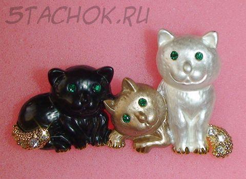 """Брошь """"Три котенка"""" под золото, эмаль, камушки"""