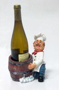 Подставка для вина «Повар держит бутылку перед собой в бочке»