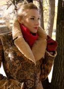 Воротник с небольшой стойкой защитит вас от ветра, а в холодную погоду его можно приподнять.