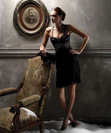 Платье приталенного силуэта с многоярусной юбкой из бахромы