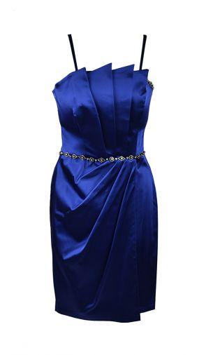Атласное платье-футляр с изящными вертикальными складками