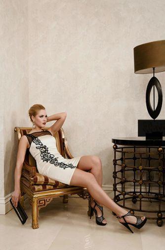 Атласное платье с изящной контрастной вышивкой