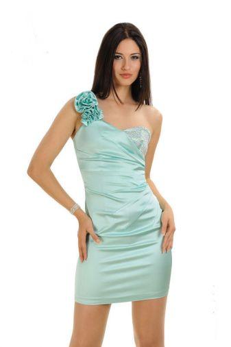 Платье декорировано стразами с бретелью на одно плечо