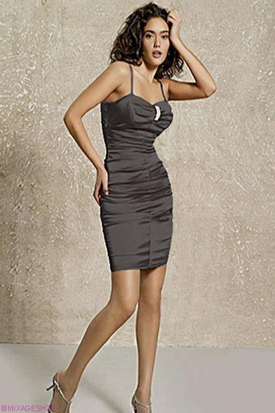 Атласное облегающее платье-футляр с эффектной драпировкой