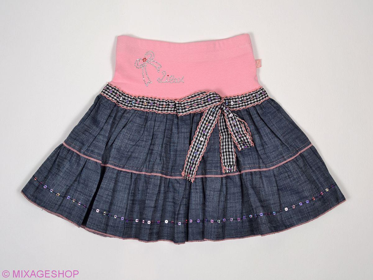 Джинсовая юбка в складку украшена пайетками