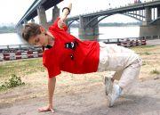 Красная футболка свободного покроя из лёгкого хлопкового трикотажа.