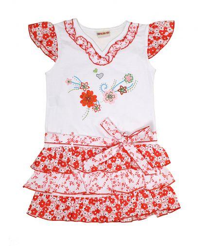 Яркое летнее платье украшено цветочным рисунком