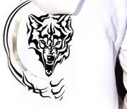 На спине рисунок черного волка - enigmastyle.ru