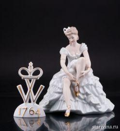 Девушка, завязывающая балетную туфельку, Wallendorf, Германия