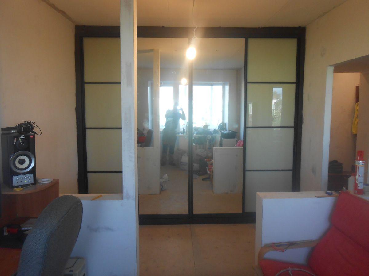 Встроенный шкаф купе с зеркалом и комбинированные двери купе