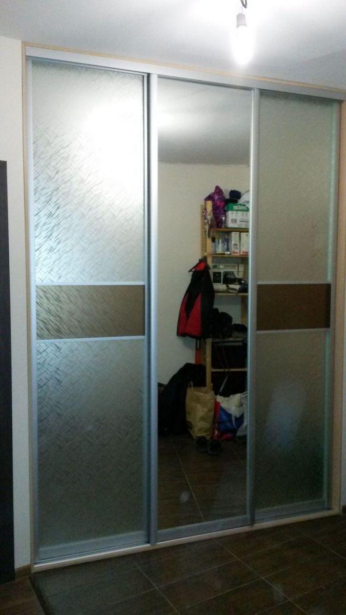Шкаф купе встроенный - в нишу в коридоре.