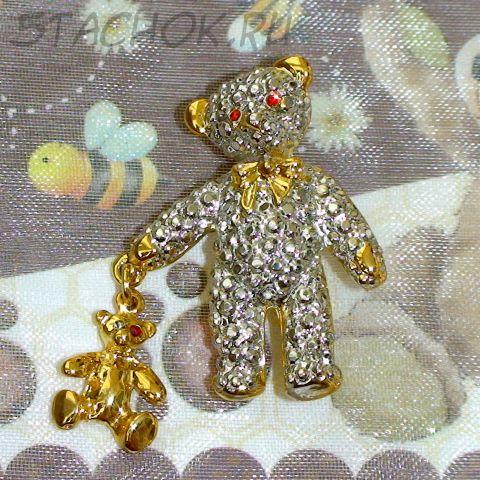 """Брошь """"Мишутка с игрушкой"""" под золото, серебро, стразы"""