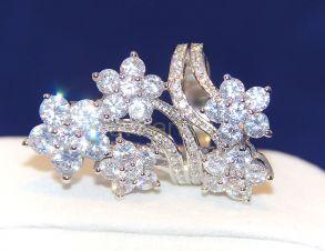 Элегантное позолоченное белым золотом кольцо с искусственными бриллиантами