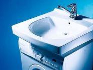 Раковина IDO Aniara устанавливается над стиральной машиной.