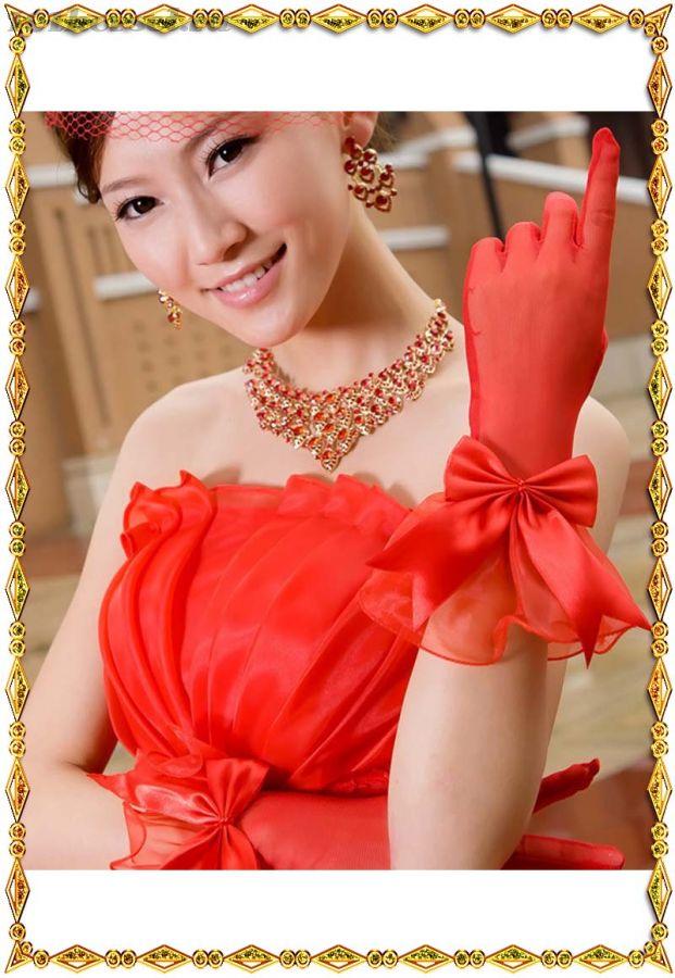 Красные перчатки с оборкой