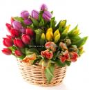 Корзина с тюльпанами Весна в лукошке