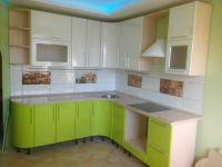 Светлая угловая кухня с салатовым фасадом из МДФ