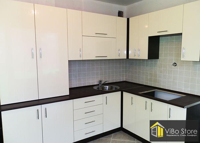 Бежевая кухня со встроенными шкафами