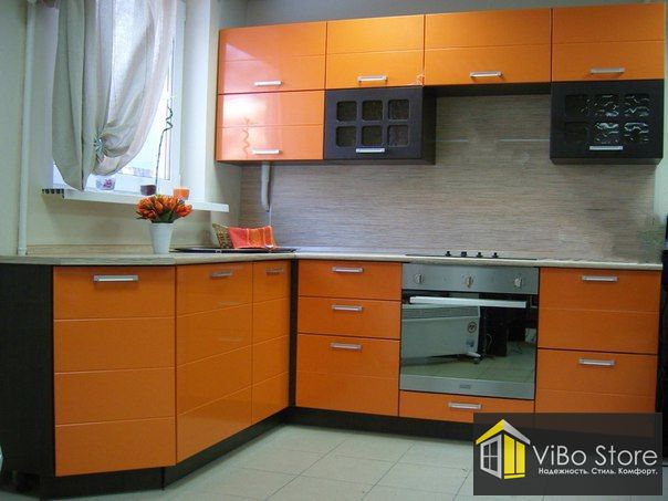 Угловая кухня с современным, ярким дизайном