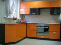 Угловая кухня с современный ярким дизайном