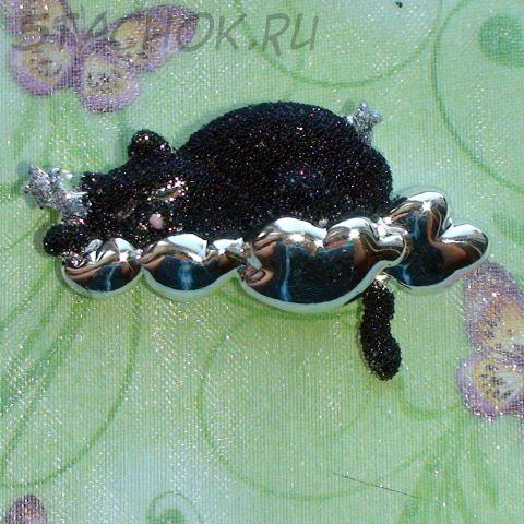 """Брошь """"Черный котик спит на облаке"""" под серебро/крошка"""