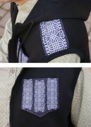 Жилет украшен геометрическим принтом на плечах и нагрудном кармане.